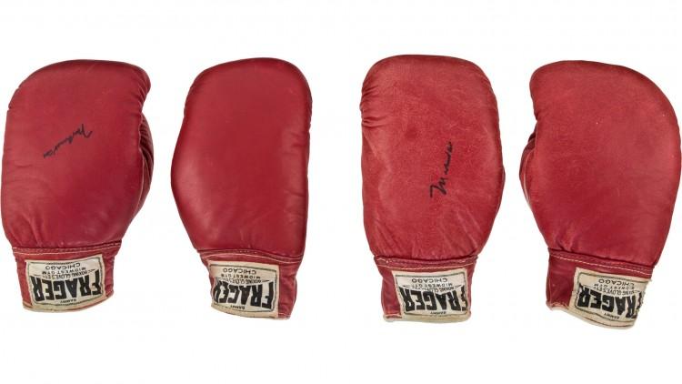 Les-gants-de-Mohamed-Ali-proposés-à-environ-440-000-euros