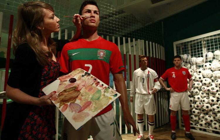 Cristiano Ronaldo envoie son coiffeur personnel pour peaufiner sa statue de cire