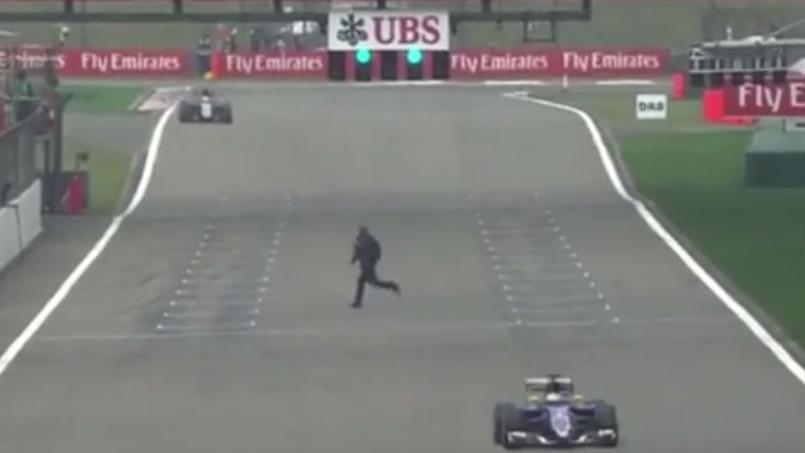 Un homme passe sur le circuit de F1