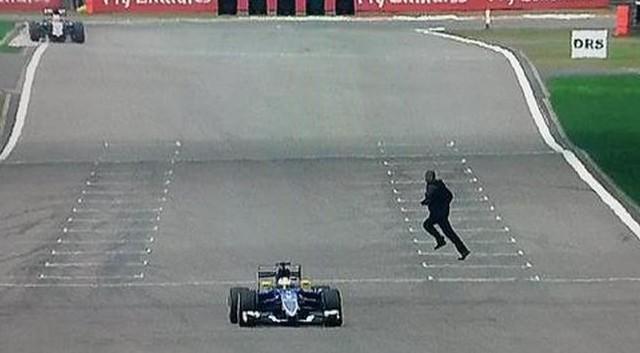 Un homme traverse pendant la séance d'essais
