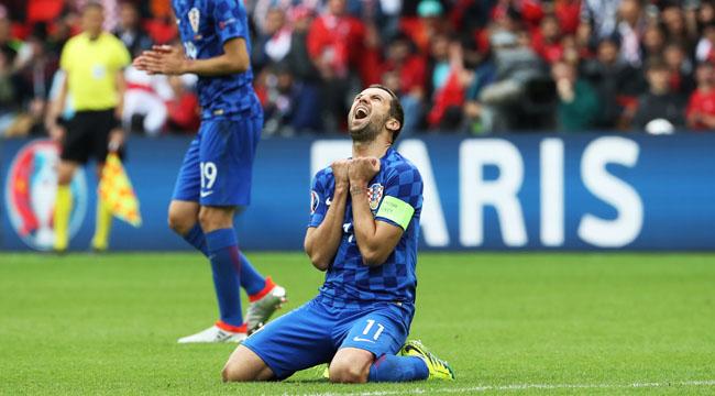 Croatia's defender Darijo Srna reacts during the Euro 2016 group D football match between Turkey and Croatia at Parc des Princes in Paris on June 12, 2016. / AFP PHOTO / KENZO TRIBOUILLARD